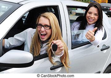 Autovermietung: Frauen, die ein neues Auto fahren