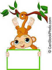 Babyaffe auf einem Baum, der leer steht