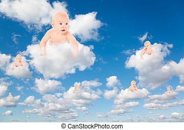 Babys auf Weiß, flauschige Wolken im blauen Himmel kollabieren