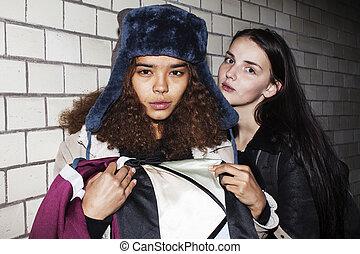 Bad Nachbarschaft Einfluss Konzept: Lifestyle Teenager mit Alkoholmissbrauch, trinken Wein in der Nacht, echte Junk-Ten-Mädchen.