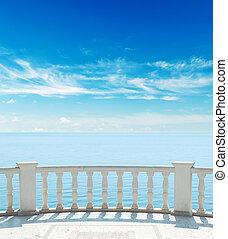 Balkony nahe See unter wolkigem Himmel