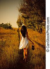barfuß, schuhe, hand, field., m�dchen, kleiden, weißes, hintere ansicht
