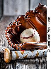Baseballschläger und Handschuh mit Ball.