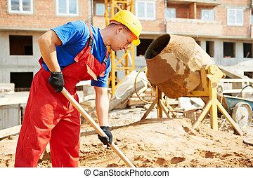 Bauarbeiter auf der Baustelle mit Schaufel