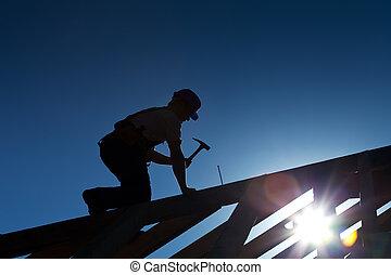 Bauarbeiter oder Zimmermann arbeiten auf dem Dach