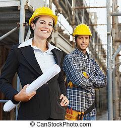 Bauarbeiter und Architekt