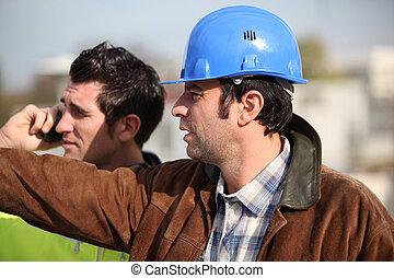 Bauleiter und Assistent beobachten