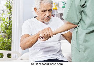 Behinderter Patient mit Hand von Krankenschwester in Reha-Center.