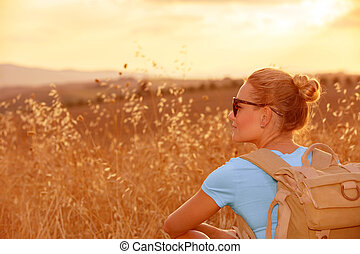 Bei Sonnenuntergang genießen Sie Weizenfeld.