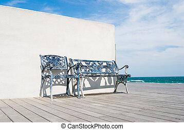 Bench auf Holzfußboden im Strand.