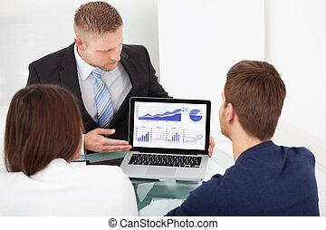 Berater, der zusammen Investmentplan erklärt.