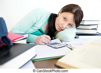 Beschäftigte Frau müde auf ihrem Schreibtisch