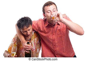 Betrunkene Männer trinken Alkohol