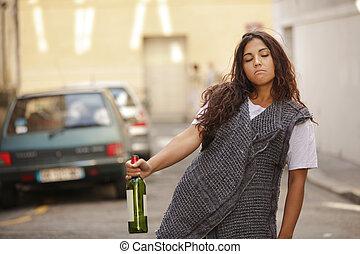 Betrunkenes Mädchen auf der Straße