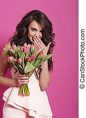 Bewege schöne Frau mit Blumen.