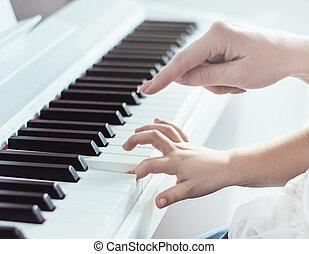 Bild von zwei Händen, die Klavier spielen.