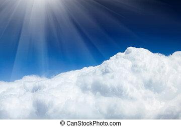 Blauer Himmel mit Wolken und Sonne