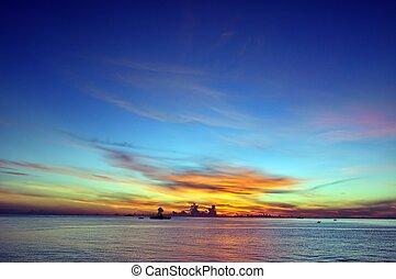 Blauer Himmel und Sonnenaufgang.