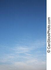Blauer Himmel und weiße Wolken.