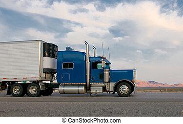 Blauer Truck fährt auf einem Highway