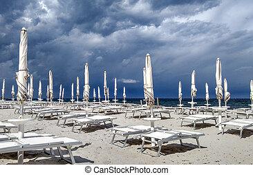 blaues, graue , wenig, wolkenhimmel, himmelsgewölbe, stürmisch, liegestühle, dunkel, meer, vordergrund, sandstrand, weißes, schirme, geschlossene