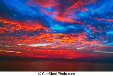 Blaues Meer und Sonne Schöner Himmel Sonnenaufgang.