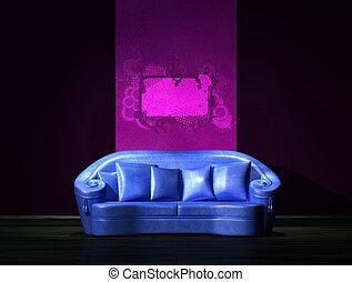 Blaues Sofa mit lila Teil der Wand im minimalistischen Inneren