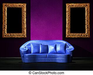Blaues Sofa mit lila Teil der Wand in minimalistischem Interieur.