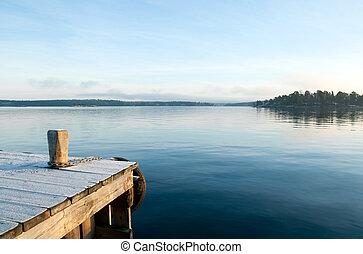 Blick über einen ruhigen See