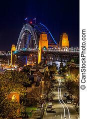 Blick auf die Straße in Richtung Sydney Hafen Brücke in der Nacht