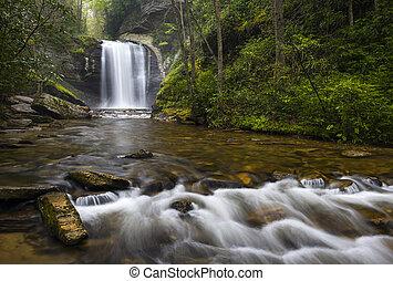 Blick Glas fällt Nord-Carolina blauer Kamm Parkway Wasserfälle in der Nähe brevard in westlichen NC appalachian Berge.