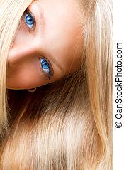 Blonde Haare. Blondes Mädchen mit blauen Augen