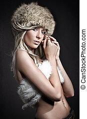 Blonde Schönheit über dunklen Studio-Hintergrund