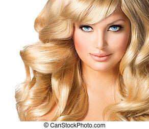 Blondes Frauenporträt. Hübsches Mädchen mit langen, blonden Haaren