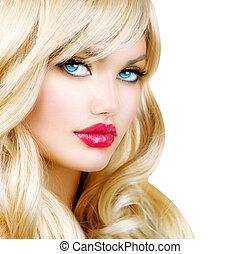 Blondes Frauenporträt. Wunderschönes blondes Mädchen mit langen Haaren
