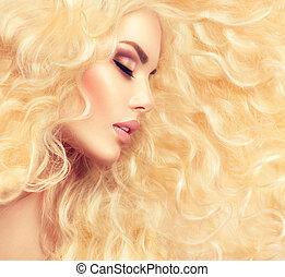 Blondes Mädchen mit gesundem, langem Haar.
