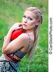 Blondes Mädchen mit Herz