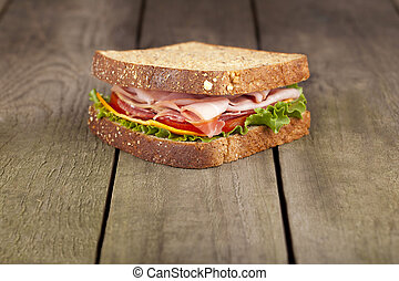 Blt Sandwich auf Vollkornbrot.