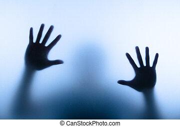 Blure Hand des Mannes, der Glas berührt