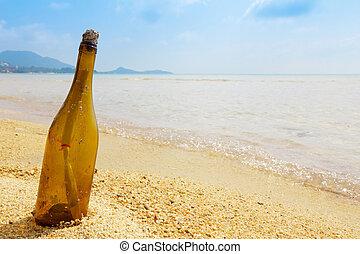 Bottle mit einer Nachricht auf der tropischen Insel