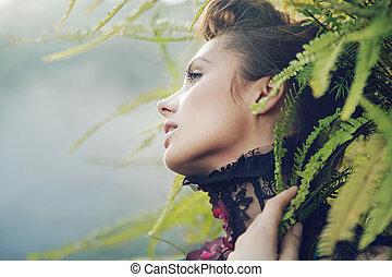 Brünette Frau im tropischen Wald.