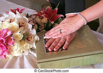 Braut und Bräutigam haben am Hochzeitstag Bibel in der Hand