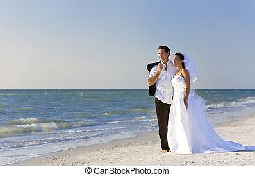 Braut- und Bräutigam heirateten bei der Strandhochzeit