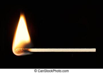 Brennende Übereinstimmung horizontal über Schwarz