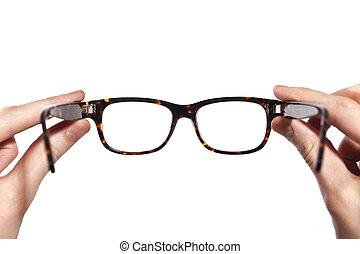 Brillen mit Horn in menschlichen Händen isoliert.