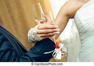 Bruderschaftsdrink. Hochzeits-Hände mit Champagnergläsern