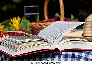 Buch auf dem Tisch.