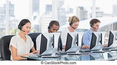buero, computer, kollegen, gebrauchend, kopfhörer