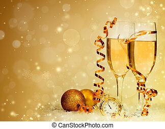 Champagner gegen Weihnachtslichter und Weihnachtsdekorationen.