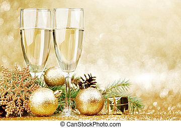 Champagner und Weihnachtsdekor.